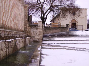 La fontana delle 99 cannelle a L�Aquila (28904 bytes)