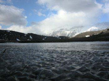 Onde di ghiaccio sul piccolo e ignoto lago Filetto al Piano di Fugno (18742 bytes)