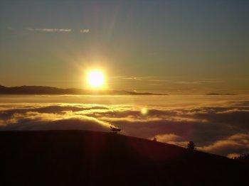 Tramonto da Monte Cristo con nebbia sui dintorni aquilani  (12288 bytes)