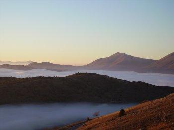 Veduta da Monte Cristo, con la nebbia tra le cime circostanti (12288 bytes)