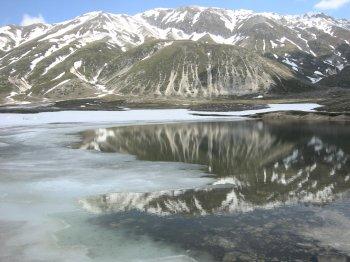 I riflessi e l�incanto di un lago del Gran Sasso (24974 bytes)