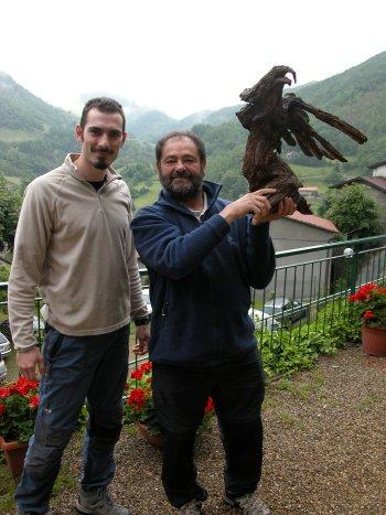 Christian Roccati e Filippo con l�Aquila Reale di Filippo a Badia Prataglia (AR) al Convegno GISM del 6/6/08 (42760 bytes)