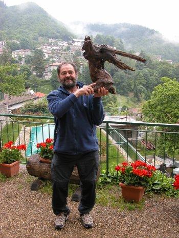 Filippo con la sua Aquila Reale a Badia Prataglia (AR) al Convegno GISM del 6/6/08 (57064 bytes)