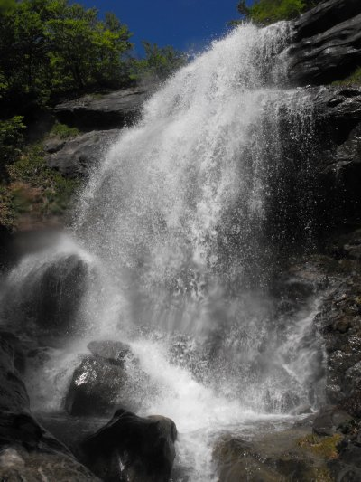 Una cascata nella Valle del Fosso dell�Acero, nella Laga in Abruzzo (50754 bytes)