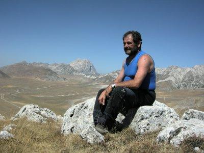 Filippo Crudele seduto sui sassi della cima del Monte Bolza (39693 bytes)